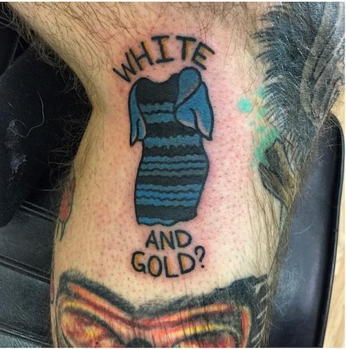 ドレスの色が「青と黒」か「白と金」か、どちらに見えるか? と世界中で議論になっているあの画像を、なんとタトゥーとして彫ってしまった男性がバカすぎる と話題に