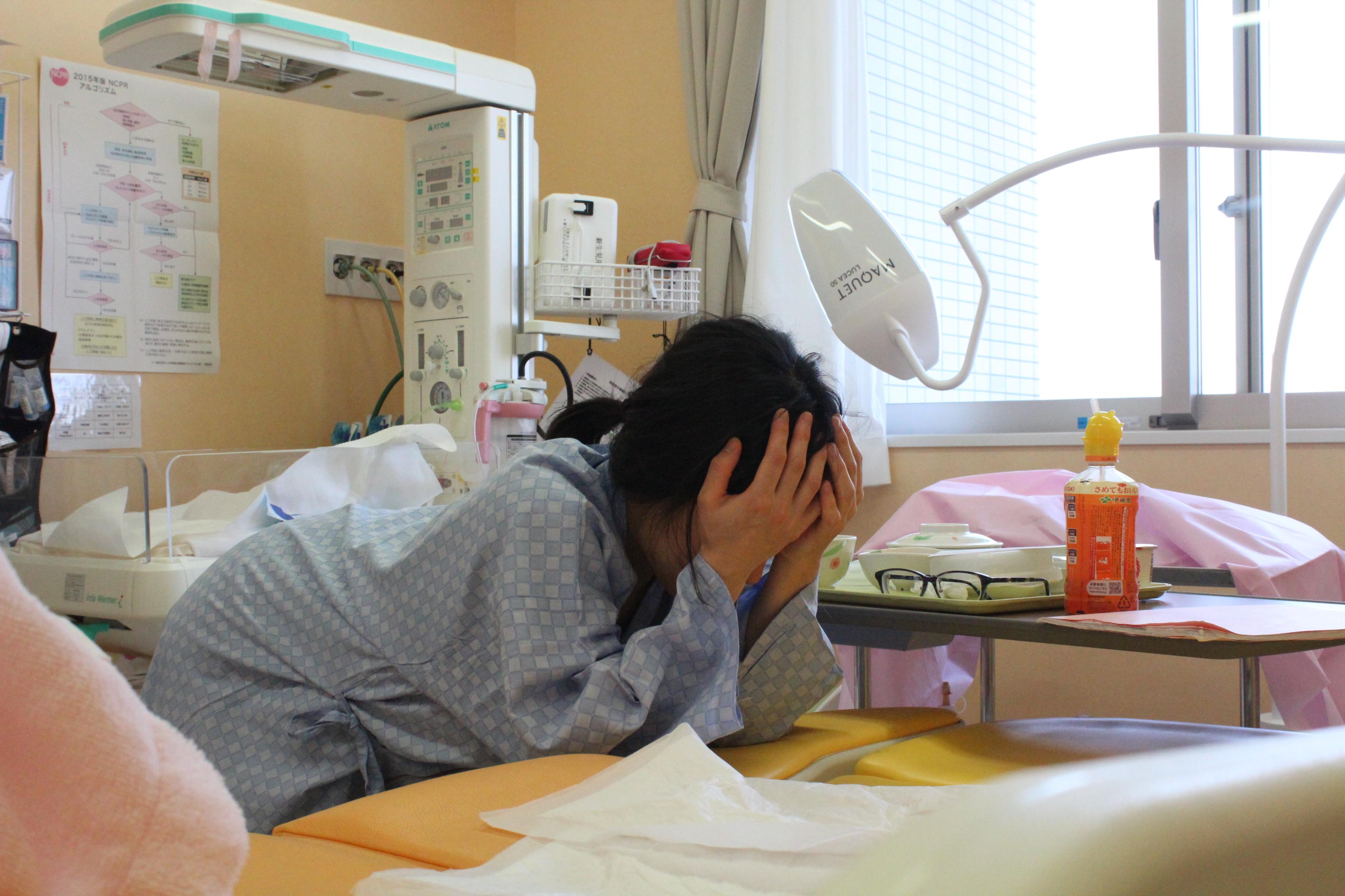 分娩室で陣痛に耐える妻。陣痛が初期の段階では医療スタッフが部屋を訪れるのは2‐3時間に一度くらい