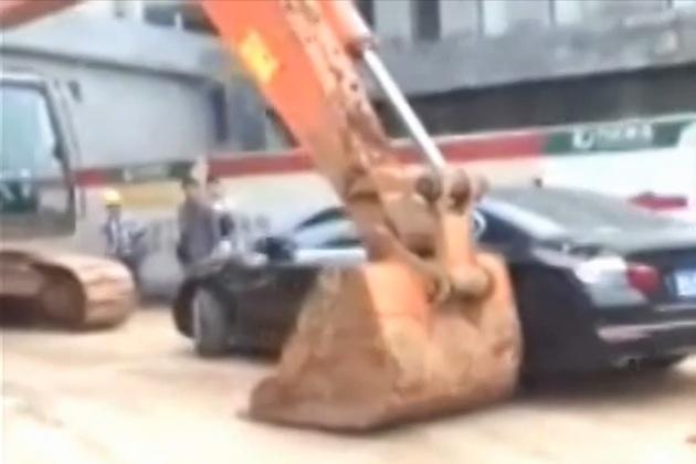【ビデオ】中国の建設現場で、ショベルカーがBMWとジープを強制撤去!