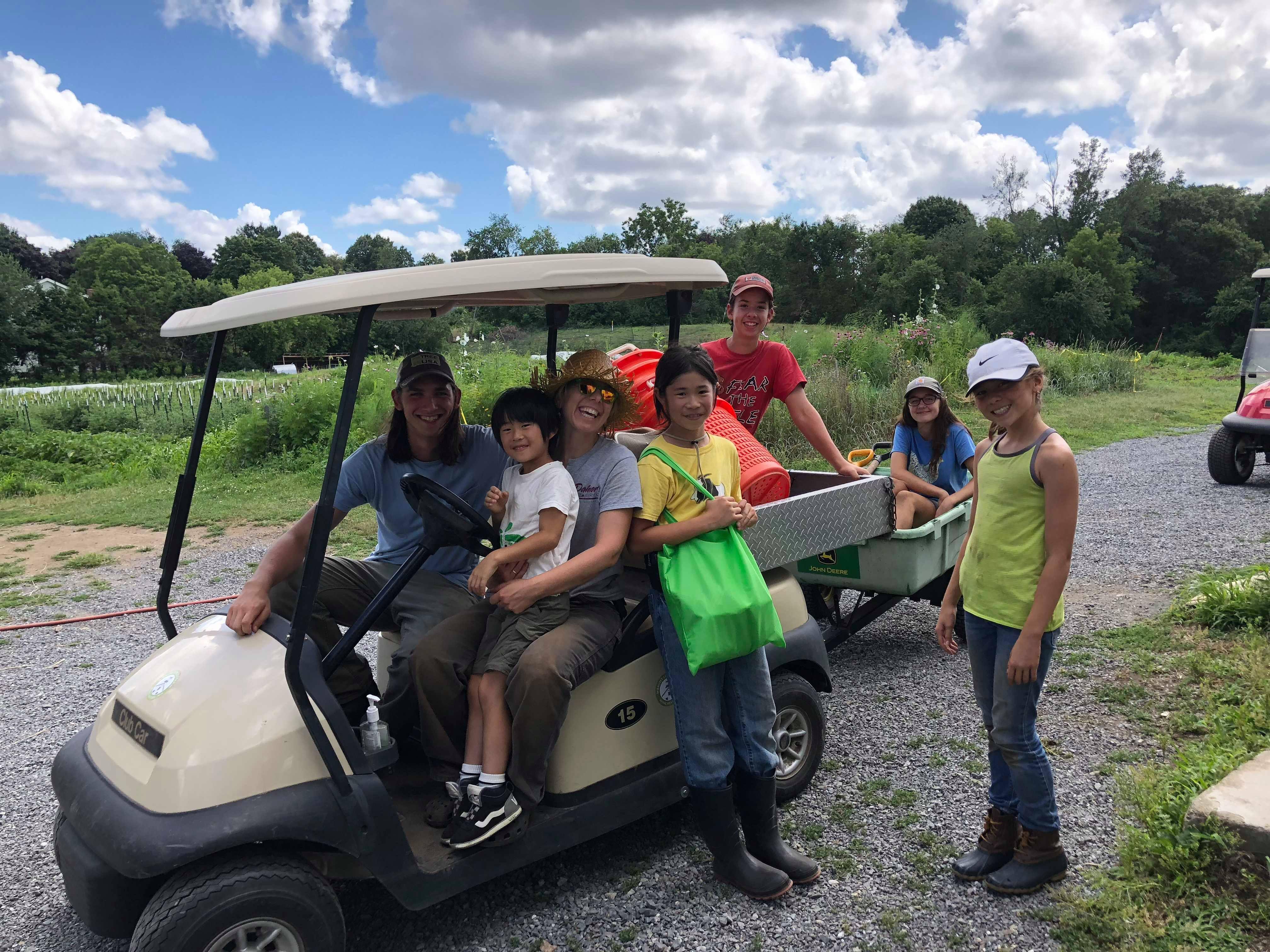 ライトロック農場を訪れている鷹之介君(左から4人目)。別の土地に移っていった農場の元スタッフも集まり、同窓会状態