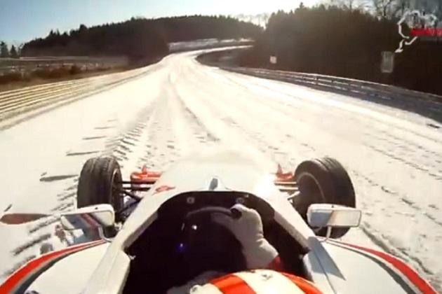 【ビデオ】雪が降り積もったニュルブルクリンク北コースを、フォーミュラカーで走る!