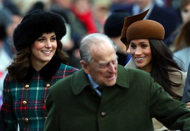 Meghan Markle marche aux côtés de la duchesse de Cambridge alors que le prince Philip fait signe à la