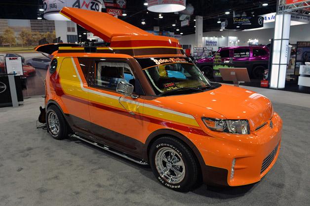【SEMAショー2014】サイオン、70年代レトロやヘビメタがテーマのカスタムカーを披露!