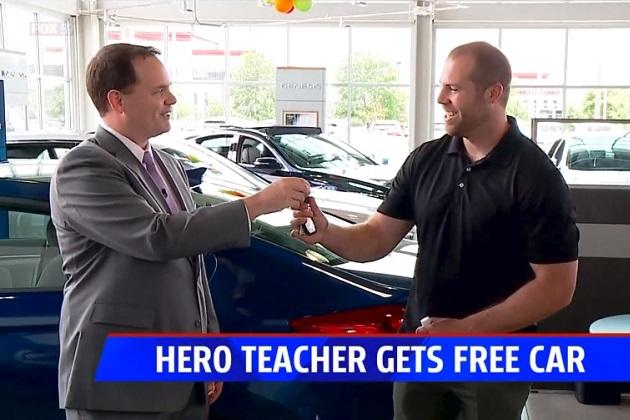 米国インディアナ州の学校で起きた銃乱射を命懸けで止めた教師に、地元の自動車ディーラーが新車をプレゼント!