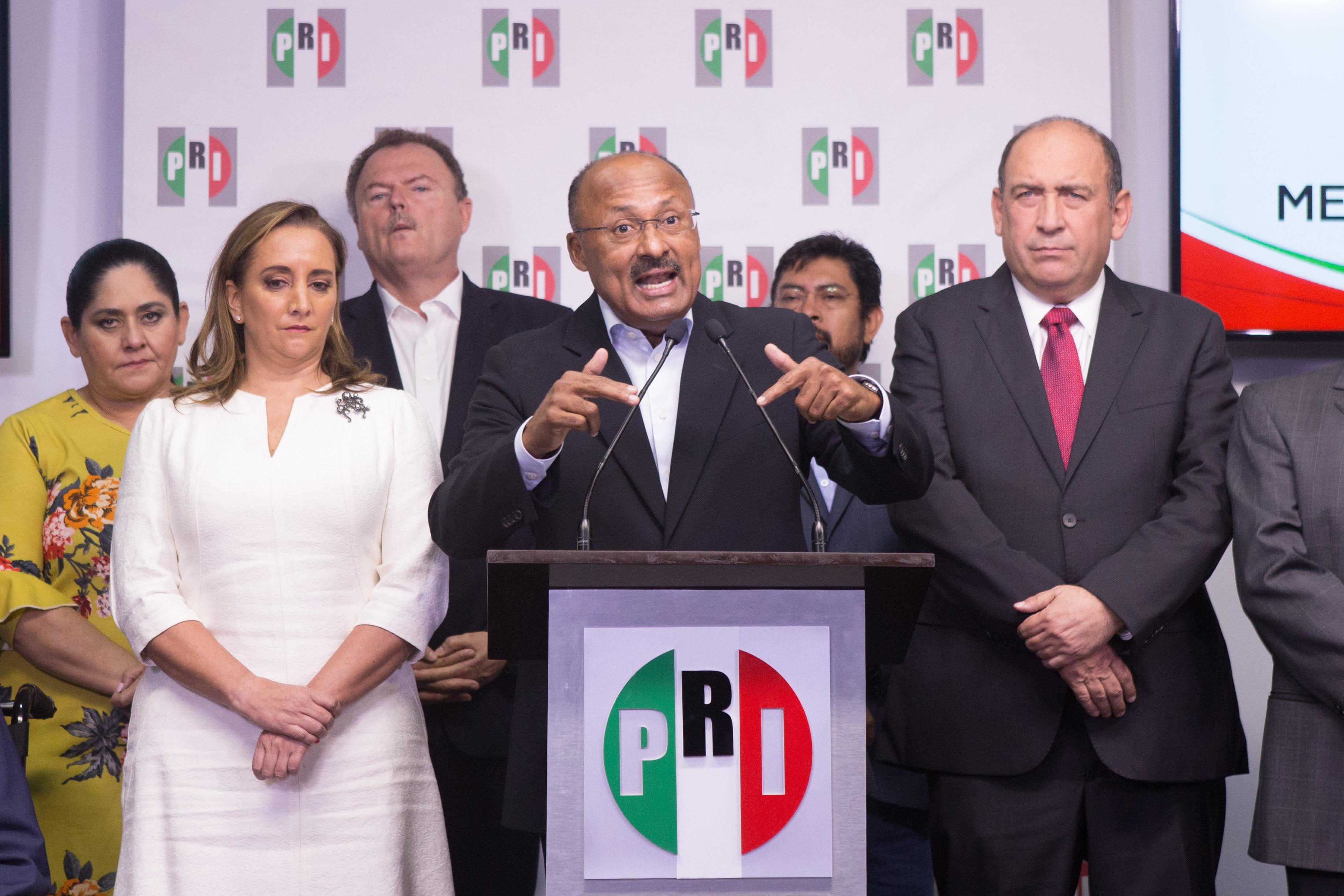Tras la derrota en las elecciones presidenciales, René Juárez renuncia al cargo de presidente nacional...