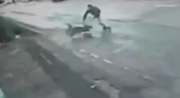 Man saves toddler in pram hurtling toward 50ft cliff drop (video)