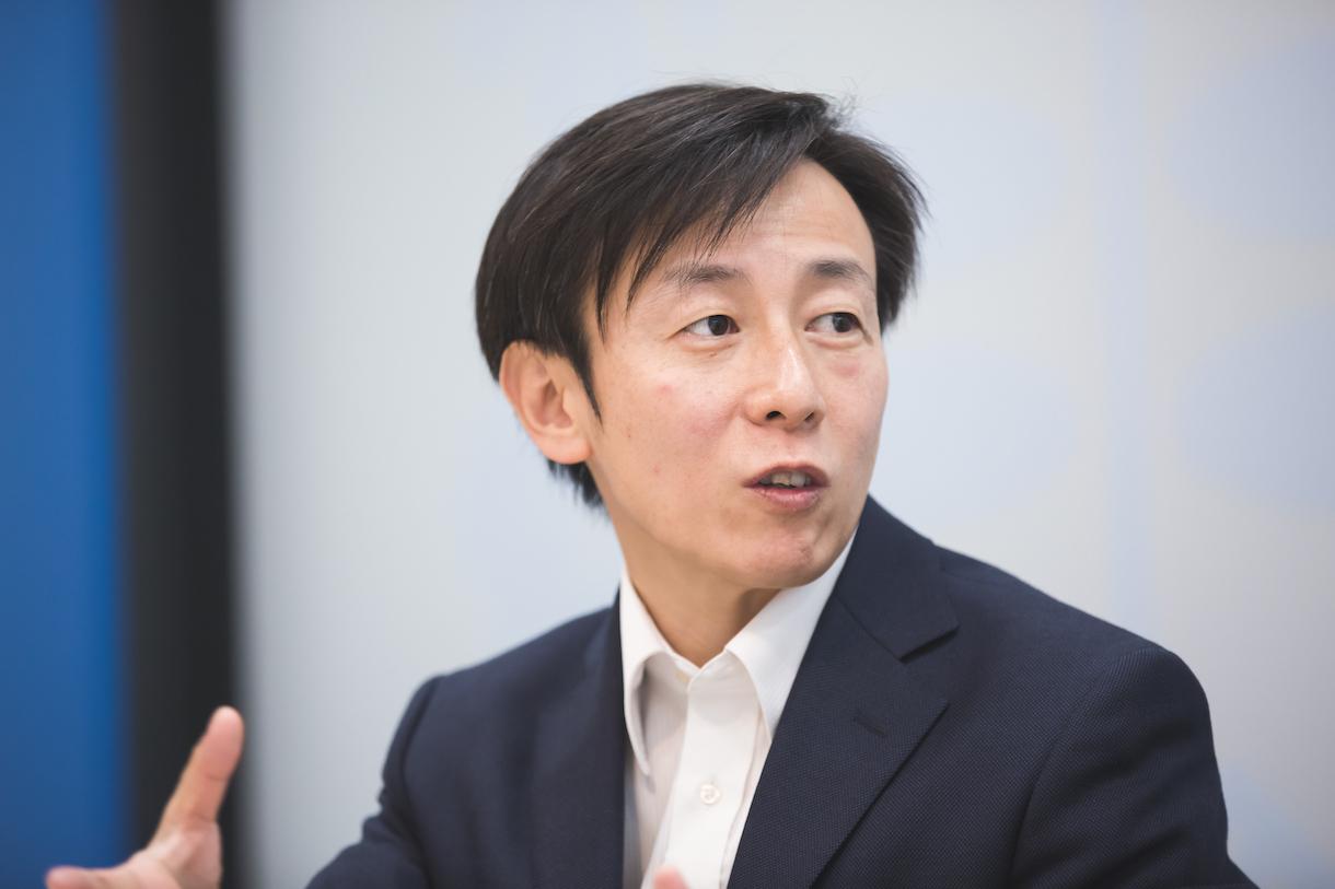 青野慶久(あおの・よしひさ)。1971年生まれ。愛媛県今治市出身。大阪大学工学部情報システム工学科卒業後、松下電工(現 パナソニック)を経て、1997年8月愛媛県松山市でサイボウズを設立した。2005年4月には代表取締役社長に就任(現任)。社内のワークスタイル変革を推進し、離職率を6分の1に低減するとともに、3児の父として3度の育児休暇を取得している。2011年からは、事業のクラウド化を推進。厚生労働省「働き方の未来 2035」懇談会メンバーやCSAJ(一般社団法人コンピュータソフトウェア協会)の副会長を務める。著書に『ちょいデキ!』(文春新書)、『チームのことだけ、考えた。』(ダイヤモンド社)、『会社というモンスターが、僕たちを不幸にしているのかもしれない。』(PHP研究所)