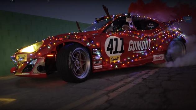 【ビデオ】サンタクロース、トナカイの牽くソリからフェラーリのエンジンを搭載したトヨタ「86」に乗り換える