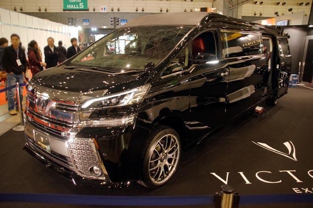 【東京オートサロン2017】トヨタ「ヴェルファイア」をマイクロバスの「コースター」並みの7mにストレッチするとこうなる!!