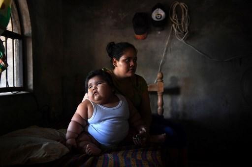 Luis Gonzales y su madre Isabel Pantoja, de 24 años de edad, en su casa de Tecomán,