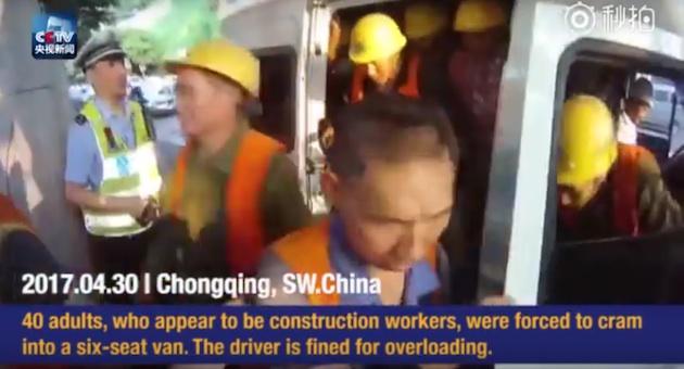 【仰天ビデオ】6人乗りバンの中から続々と出て来る建設作業員、その数なんと40人!