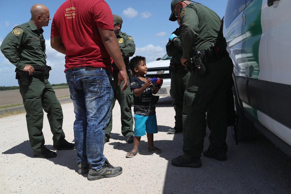 12 juin 2018, près de Mission, Texas, non loin de la frontière américano-mexicaine: un père et son fils,...