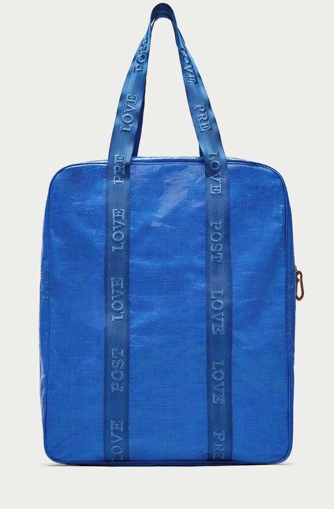 Ahora Zara versiona la bolsa azul de