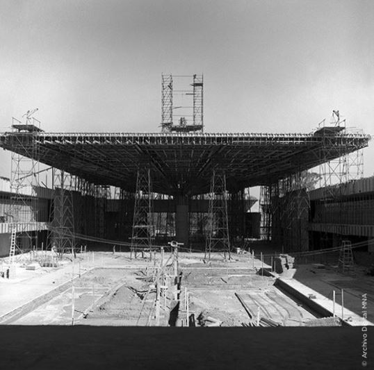Construcción del Paraguas de los hermanos Chávez Morado en 1964. Fondo Fotográfico Donación, Colección...