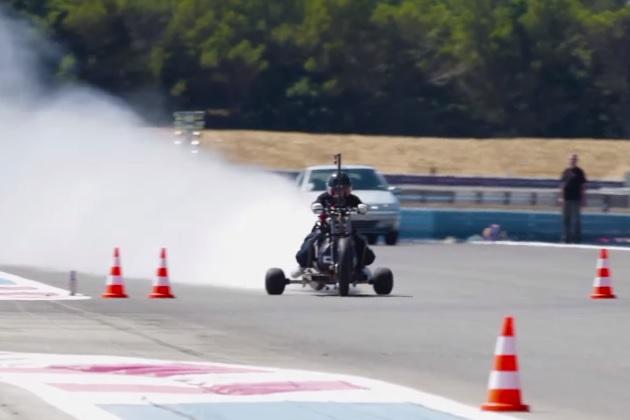 【ビデオ】圧縮空気と水の力だけで走る3輪バイクが最高速度261km/hを記録! 0-100km/h加速は0.55秒!