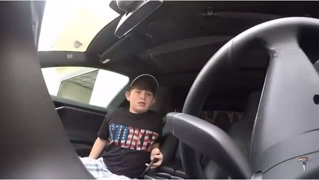 【ビデオ】テスラの「召喚モード」を使って、パパが息子にドッキリを仕掛ける!