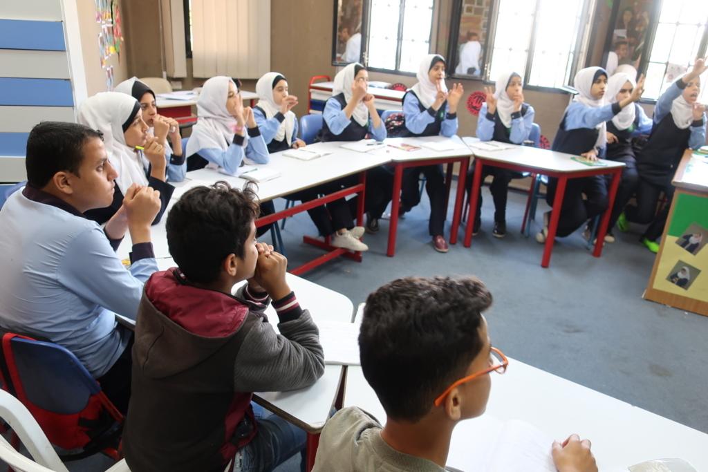 アトファルナの中等部。先生の質問に対して積極的に手話で発言する生徒たち。声は無くとも、教室は皆の体の動きで熱気に包まれる