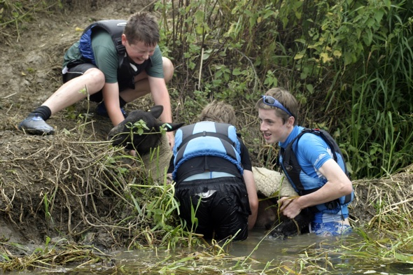 Boy scouts saves drowning sheep during canoe trip