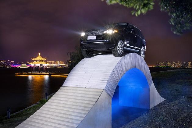 【ビデオ】重さ2.3トンの「レンジローバー」が、紙だけで作られた橋を渡る!
