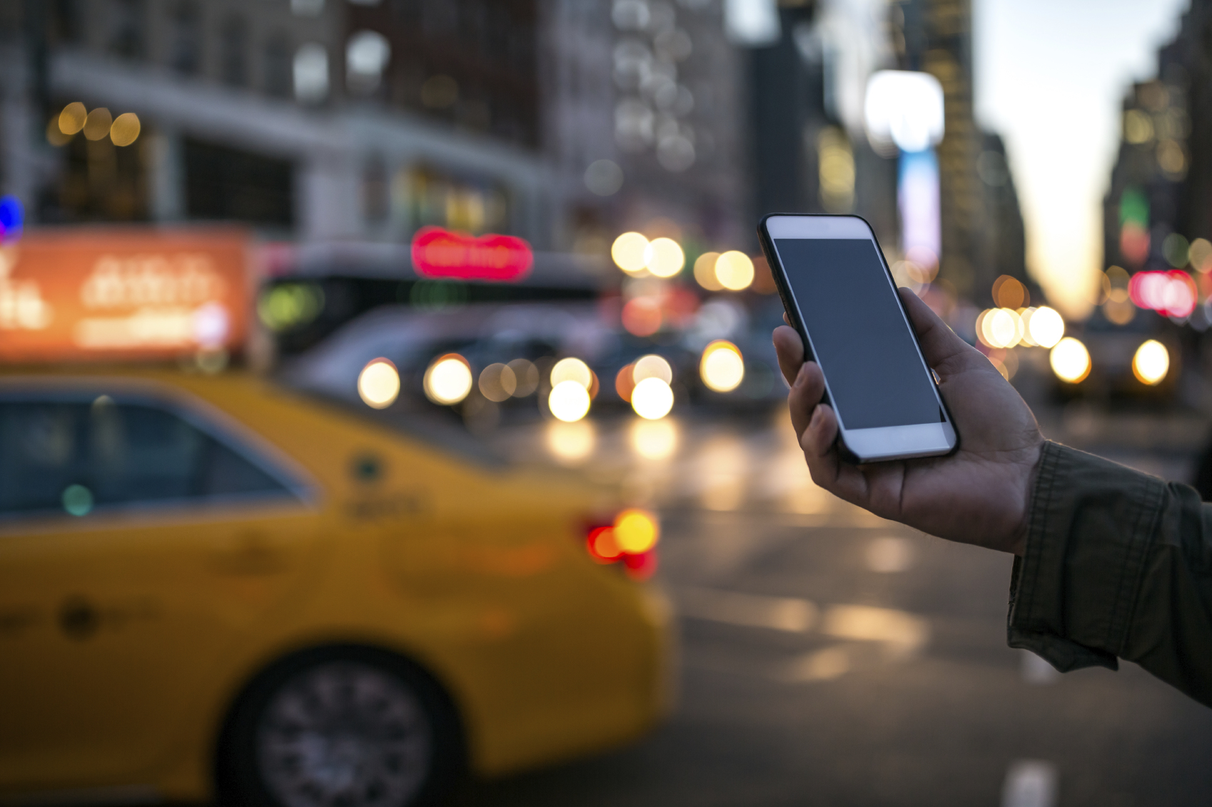 Person holding a phone in New York street