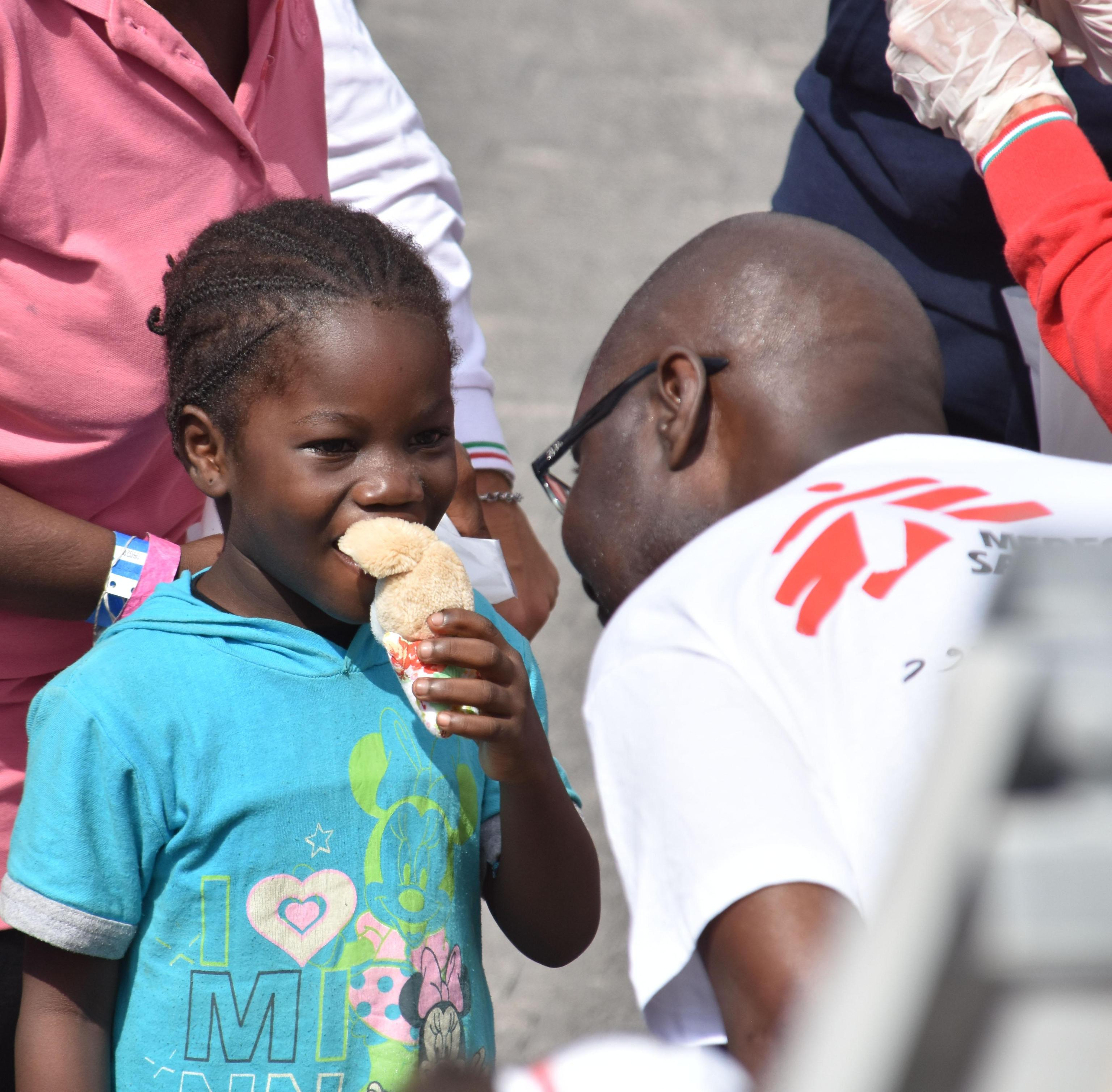 Catania, arrivata la nave Diciotti con oltre 900 migranti a bordo
