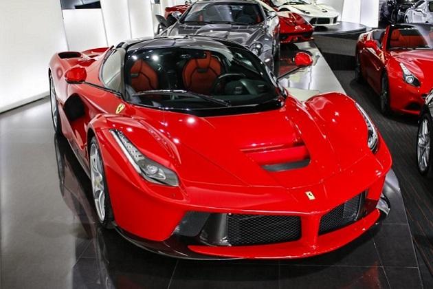 2台の「ラ フェラーリ」がドバイで売り出し中! うち1台の値段は約3億2,700万円(ビデオ付)
