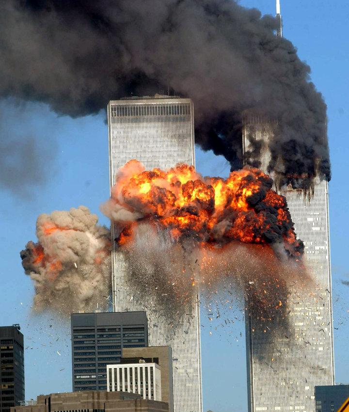 Una ráfaga de fuego estremece la torre sur del World Trade