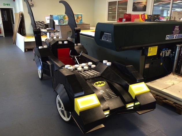 リアルに再現されたレゴ版バットモービルが「レッドブル・ソープボックス・レース」に登場