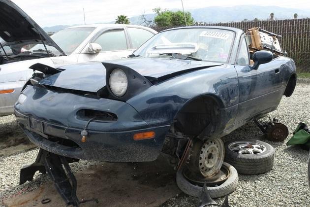 1994年型のマツダ「ロードスター」を廃車置場で発見