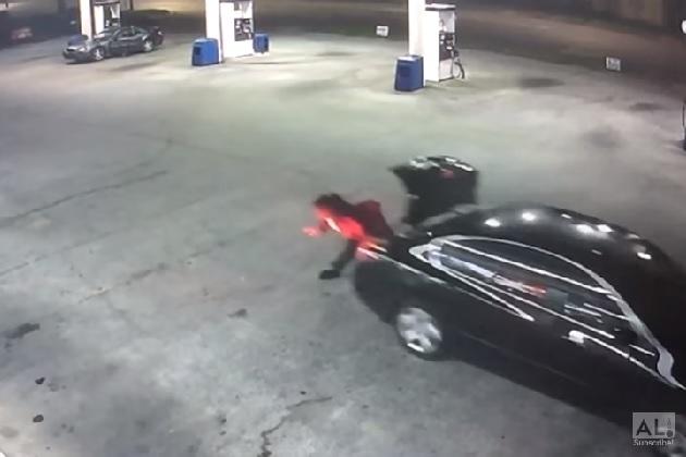 【ビデオ】誘拐されてクルマのトランクに閉じ込められた女性が自力で脱出!