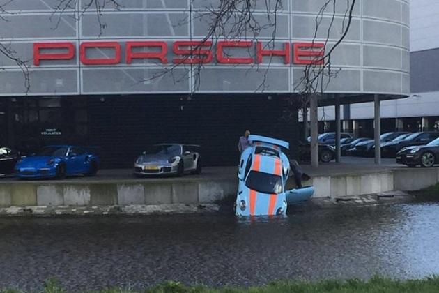 希少なポルシェ「911 GT3 RS」が、ディーラー前の運河に転落