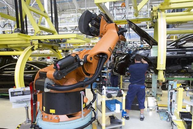 メルセデス・ベンツ、組み立てラインの産業用ロボットを人間に戻す