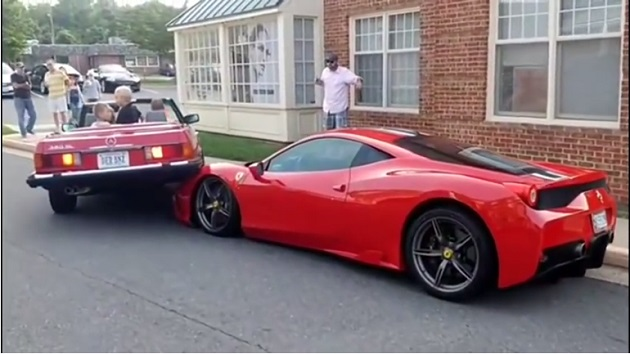 【ビデオ】駐車に失敗したメルセデス「380SL」がフェラーリ「458 スペチアーレ」に乗り上げる!