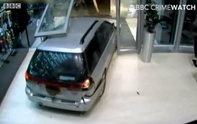 【ビデオ】監視カメラはとらえていた! レッドブルF1チーム、トロフィー盗難の瞬間