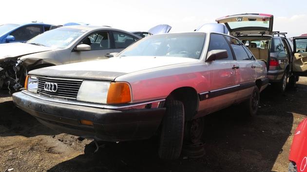 かつてAT車の急発進問題が物議を醸したアウディ「5000」のMT仕様を、廃車置き場で発見