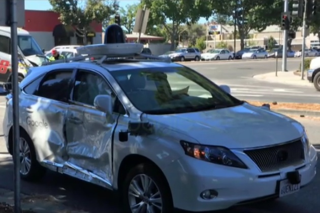 Googleの自動運転車が、信号無視のクルマに衝突されて痛々しい姿に