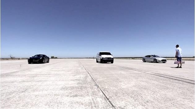 【ビデオ】電気自動車に改造したメルセデスの商用バンが、テスラとフェラーリをドラッグレースで打ち負かす!
