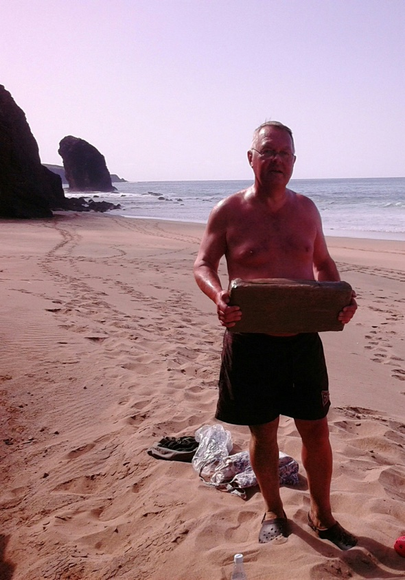 British holidaymaker finds £90k of cannabis on Spanish beach