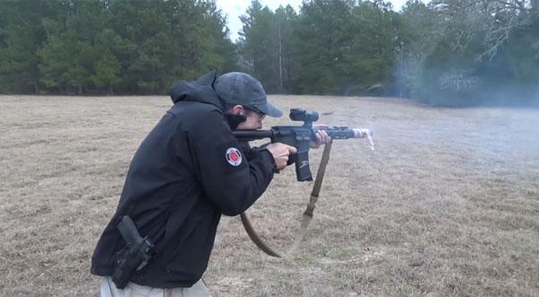 M16自動小銃を撃ちまくってベー...