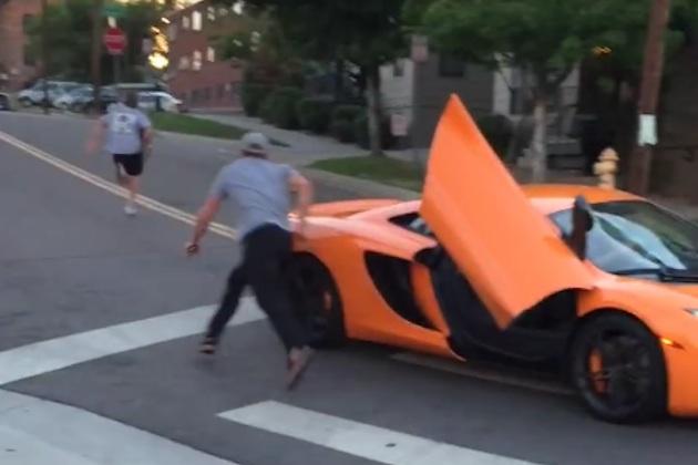 【ビデオ】転倒させられたスケボー青年が、仕返しにマクラーレンのフロントガラスを破壊!