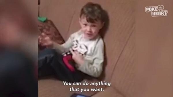 可愛い過ぎる!まるで大人のように母親に人生のアドバイスを送る男の子【映像】