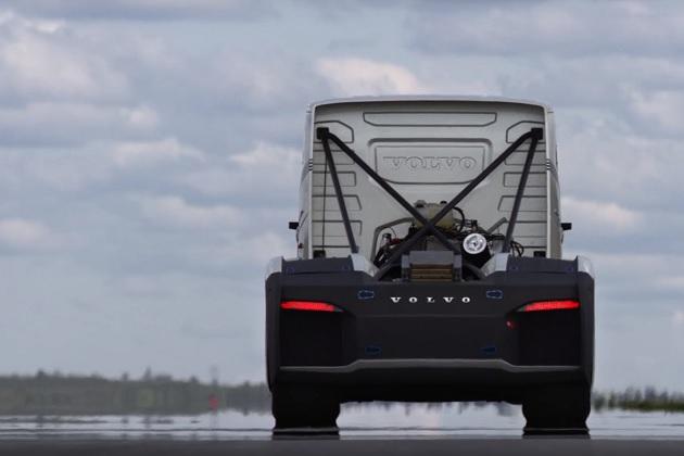 【ビデオ】ボルボ・トラック、2,400馬力の特製セミトラックで世界最速を狙う!
