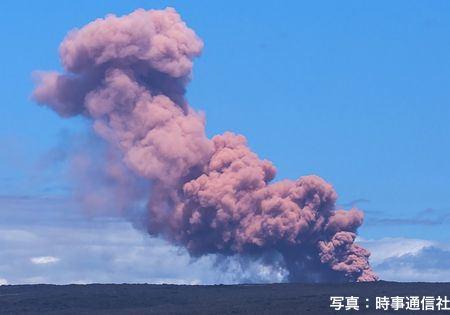 日本時間4日、米ハワイ島のキラウエア火山の上空に立ち上る噴煙(AFP=時事)