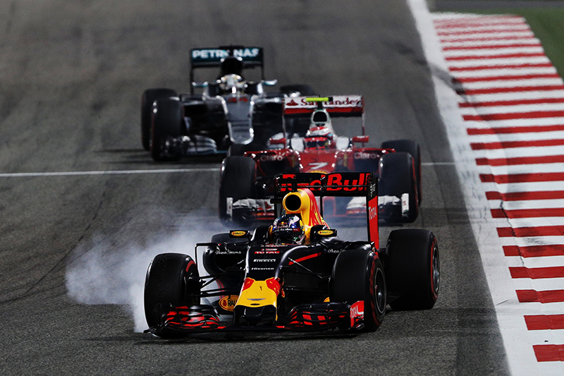 Daniel Ricciardo locks a wheel during the 2016 Bahrain Grand Prix.