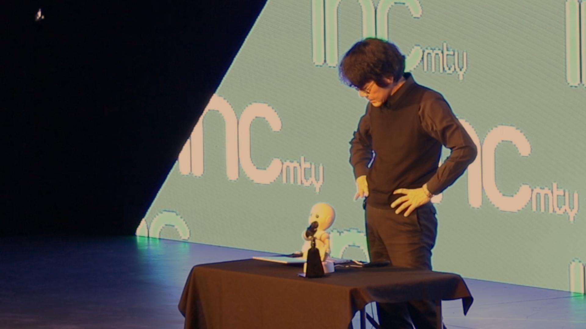 Creó un robot idéntico a él con un propósito: descubrir si albergaría su