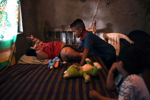 Luisito es fotografiado con su primo Michel y su hermano Mario, en su casa en Tecomán, Colima, el 8 de...