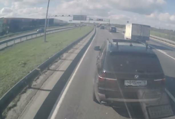 【ビデオ】どうしてブレーキを!? BMW「X5」と大型トラックの謎の追突事故