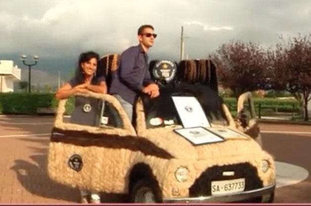 【ビデオ】驚愕! フィアット「500」を毛髪で覆ってギネス記録を更新