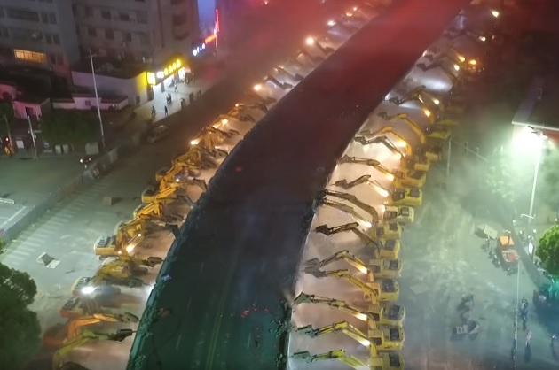 【ビデオ】中国で大量投入されたパワーショベル軍団が、一晩のうちに高架道路を撤去