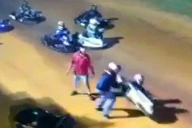 【ビデオ】怒ったレーサーが別のドライバーをカートごとひっくり返して大乱闘!